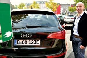 André Richter, Geschäftsführer von www.kennzeichenbox.de, betankt E-Auto mit neuen E-Kennzeichen