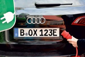Fahrzeug mit E-Kennzeichen an Elektrotankstelle - www.kennzeichenbox.de