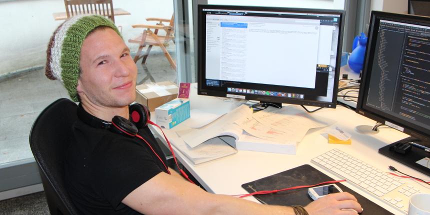 Julian aus dem IT-Team an seinem Arbeitsplatz - netTraders GmbH